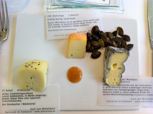 Dreierlei Käse serviert inklusive Beschreibung im Steirereck