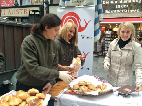 Barbara van Melle mit Unterstützern vom SFYN Wien beim Semmelverkauf, © Sarah Krobath
