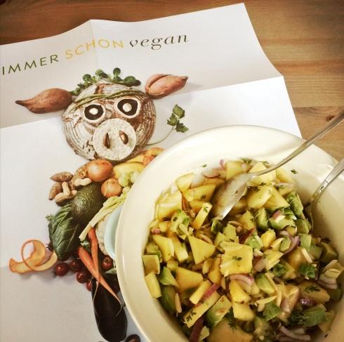 Saisonkalender mit veganem Ja! Natürlich-Schweinderl © Sarah Krobath